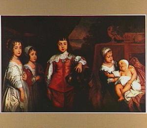 De vijf kinderen van Karel I, staande ten voeten uit, met een dog
