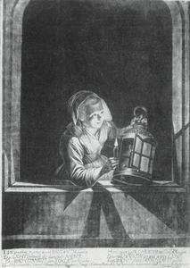 Jonge vrouw met kaars en lantaren in een vensteropening