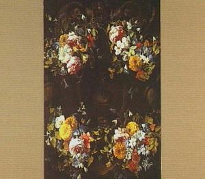 Bloemenkrans rond een medaillon met een afbeelding van een vrouw