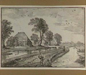 Polderlandschap met boerderijen en landweg tussen twee sloten