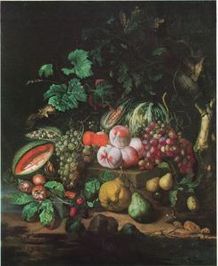 Bosgrondstilleven met druiven, meloenen, mispels, bramen perziken, peren, mais en eikenbladeren in