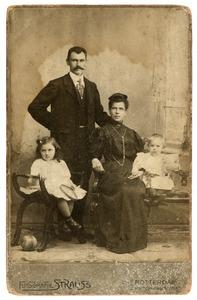 Portret van Johannes Heesbeen (1863-?) en Wilhelmina Petronella Maria Derkzen van Angeren (1869-1902) en hun kinderen