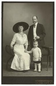 Portret van Karel van Houten (1874-1930), Neeltje Bommezijn (1881-1962) en Robert Bernard WIllem van Houten (1910-?)