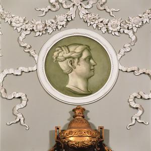Medaillon met vrouwenkop