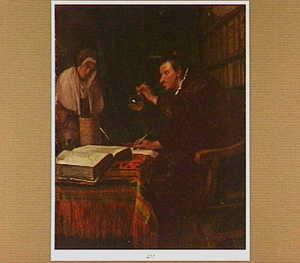 Interieur met een arts die een flesje urine onderzoekt, terzijde staat een vrouw