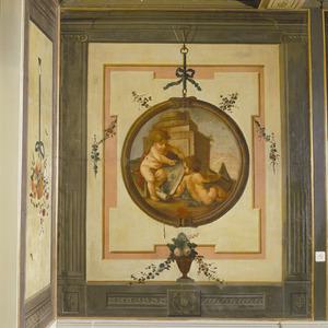 Trompe l'oeil met medaillon verwijzend naar de teken- of bouwkunst