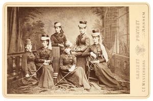 Groepsportret met Maria Johanna Westendorp (1855-...)