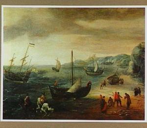 Strandgezicht met schepen voor anker en een visafslag