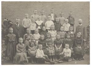 Schoolklas met Arie Hendrik Donkersloot (1865-1934) en Nicolaas Hendrik van den Toorn (1863-1924)