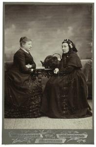 Portret van Fennigje Schawalder (1804-1885) en Sophia Susanna de Lavieter (1844-1928)