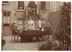 Portret van Huibrecht Johannes Thibaut Mathijssen (1845-1918), Elizabeth Donkersloot (1853-1927) en Arie Hendrik Donkersloot (1865-1934)