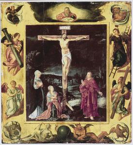 De gekruisigde Christus met Maria, Maria Magdalena en Johannes de Evangelist, omringd door de instrumenten van de Passie en de symbolen der vier evangelisten