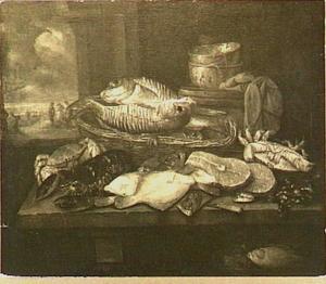Visstilleven met kreeft, krab, schol en kabeljauw op een tafel; door het venster uitzicht op visverkopers op het strand