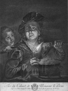 Pap etende man met muts en een kind bij kaarslicht