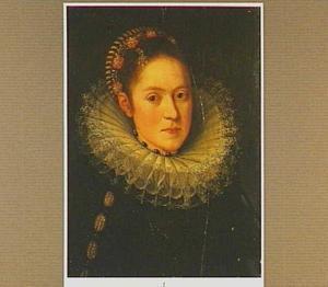 Borststuk-portret van een vrouw in een zwart kostuum met geplooide kanten kraag en kap met edelstenen
