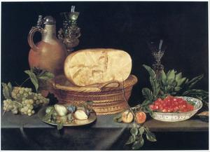 Stilleven met een mand met kaas, een tinnen bord en een Wan Li-schotel met vruchten, een aardewerken kruik en glaswerk op een met een blauw kleed bedekte tafel