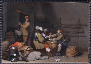 Interieur van een wachtlokaal met rokende en kaartspelende soldaten