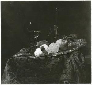Stilleven met glaswerk en vruchten op een zilveren schaal