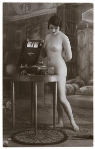 Vrouwelijk naakt bij een grammofoon in een interieur