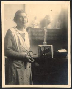 Gerarda Rueter in de beeldhouwklas van de Rijksakademie