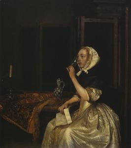 Drinkende jonge vrouw met een brief