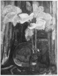 Stilleven met aronskelken in vaas en tinnen bord voor venster