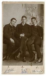 Groepsportret van drie jonge mannen