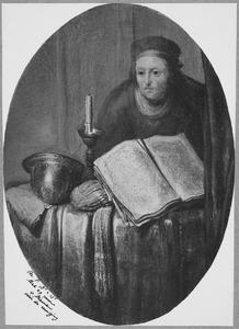 Oude vrouw bij een tafel met een boek in een interieur