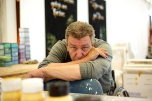 Portret van Rob Scholte in zijn atelier