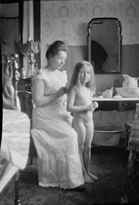 Marie Breitner Jordan helpt bij het haarkammen