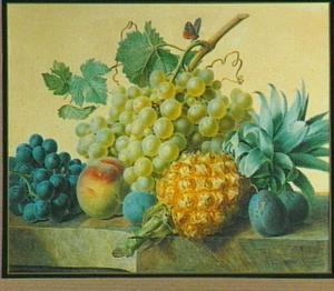 Stilleven met pruimen, druiven en een ananas