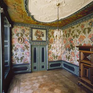 Zaal met wand- en plafondafwerking in Marot-stijl
