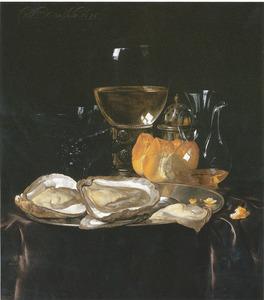 Stilleven met oesters, glaswerk en een broodje