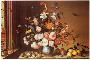 Bloemstilleven in een porseleinen vaas, schelpen, vruchten en hagedissen, in een interieur