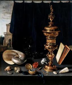 Stilleven met gouden pronkbeker en schelpen