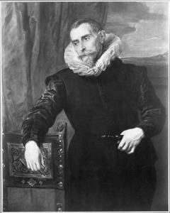 Portret van een man, staande, geleund op een stoel