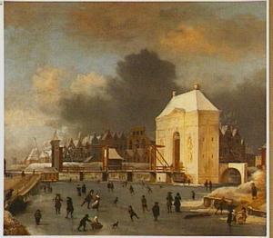 Gezicht op het bevroren Singel voor de Heiligewegspoort te Amsterdam