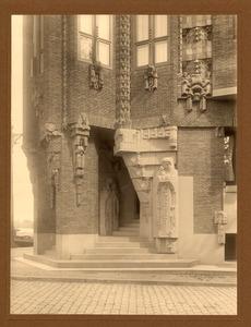 Ingang van het Scheepvaarthuis met sculpturen van H.A. van der Eynde