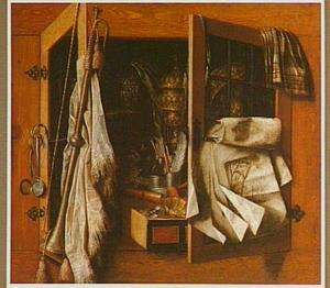 Trompe l'oeil van een kast met pronkvaatwerk, een trompet en tekeningen