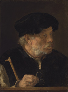 Oude man met een bril in zijn hand
