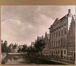Gezicht op de Kloveniersburgwal in Amsterdam met rechts het Trippenhuis en links op de achtergrond de Nieuwmarkt met de Sint Antoniespoort en de Waag