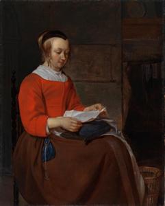 Jonge vrouw die een brief leest