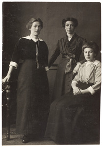 Portret van drie zusters Klaassen