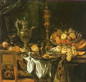 Pronkstilleven met fruit en zilver- en glaswerk op een tafel met Oosters kleed en wit servet