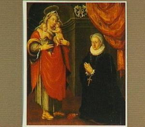 Stichtersportret van een dame uit de familie von Munchau in aanbidding voor Maria met Christus en Johannes de Doper als kind in haar armen; (verso) Aartsengel Gabriël