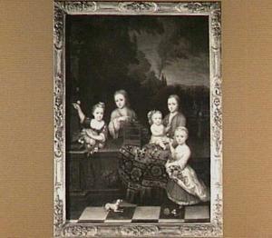 Portret van vijf kinderen op een terras