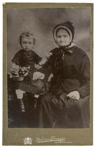 Portret van Maartje van den Bos en haar kleindochter