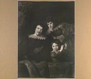 Portret van een vader met twee zonen