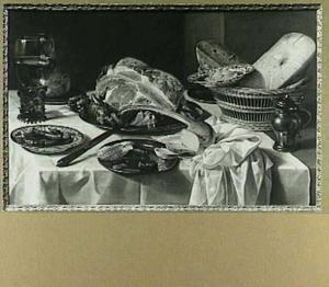 Stilleven met Kasseler rib, worstjes, oude kaas, brood tinnen tafelgoed en groot wijnglas