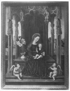 Tronende Maria met kind en twee musicerende engelen